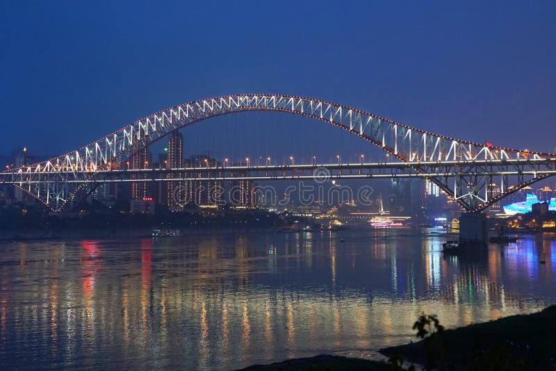 Chaotianmen bro på natten arkivbild