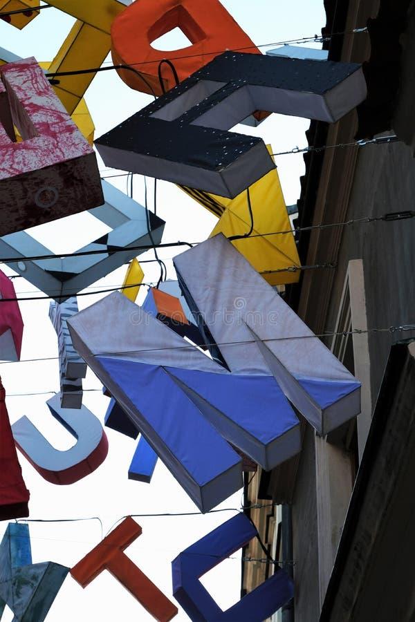 Chaotische Buchstaben M, U, T, C, ein Schwimmen in die Luft lizenzfreies stockbild