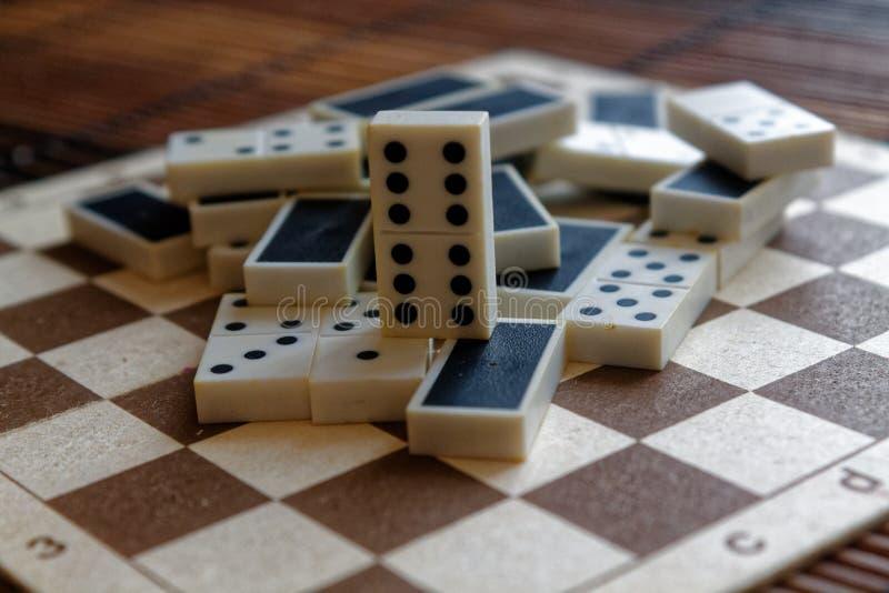 Chaotischer Stapel des Dominos bessert auf dem braunen Holztischbambushintergrund aus stockfotos
