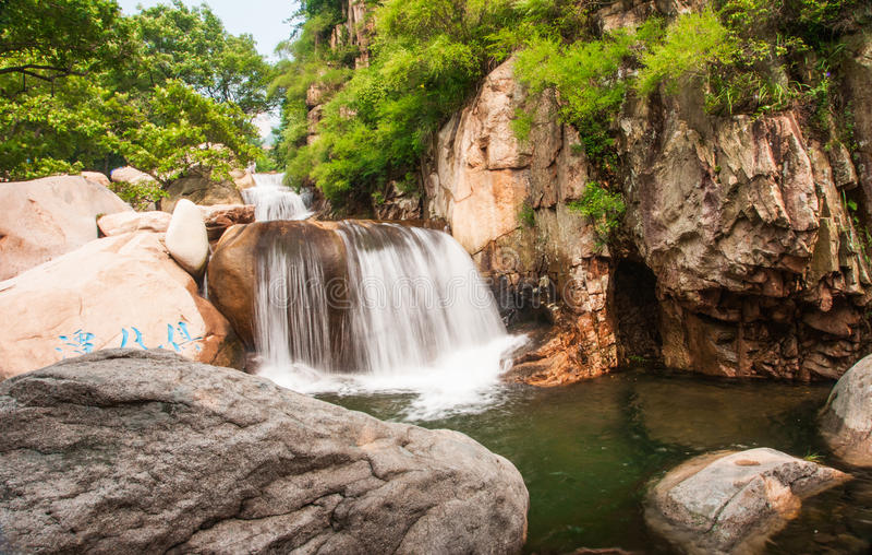 Chaoyin Qingdaos laoshan sault Landschaft in China lizenzfreie stockbilder