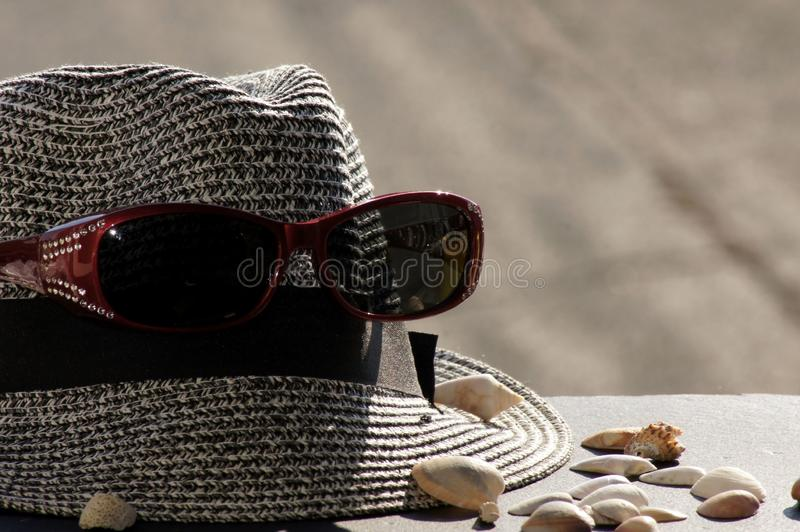 Chapéu, óculos de sol e escudos de Sun fotos de stock royalty free