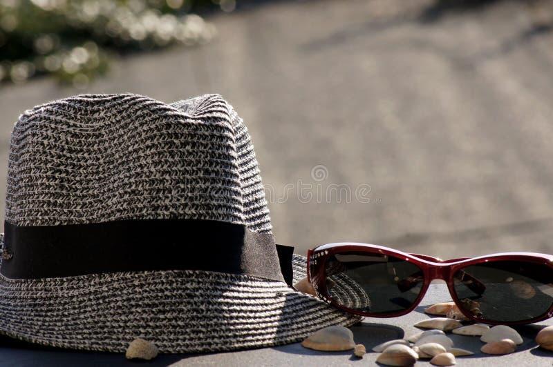 Chapéu, óculos de sol e escudos de Sun fotografia de stock
