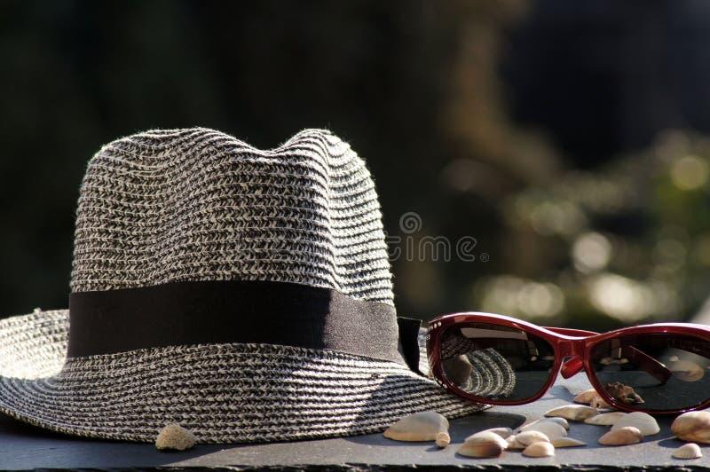 Chapéu, óculos de sol e escudos de Sun imagens de stock royalty free