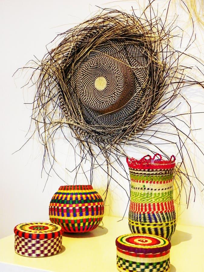 Chapéu autêntico do chapéu ou do Paja Toquilla de Panamá e cestas coloridas, Equador fotografia de stock