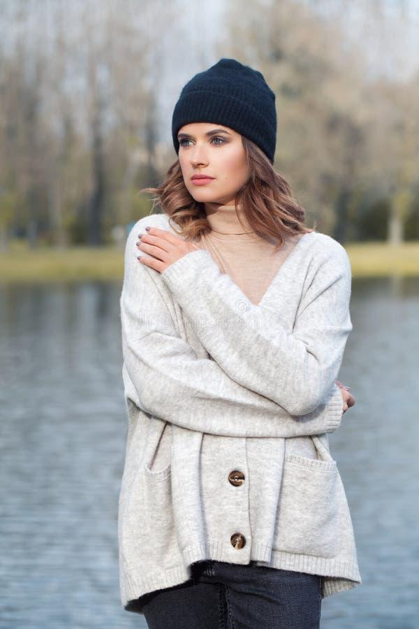 Chapéu bonito de Wearing Black Cotton do modelo de forma da mulher foto de stock royalty free