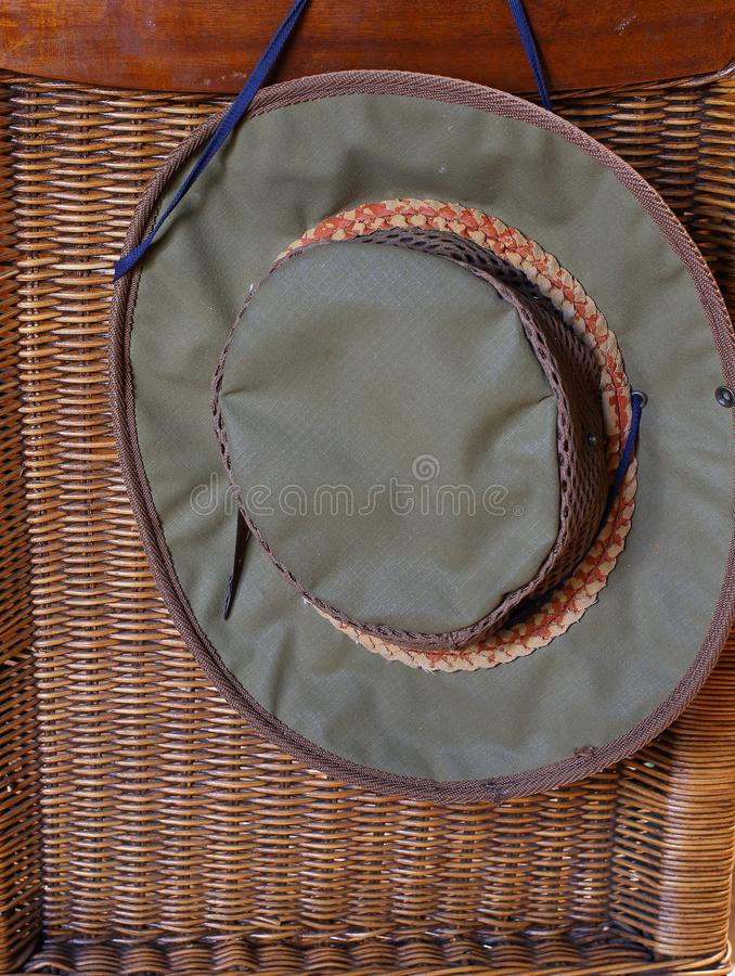 Chapéu caqui na parte de trás de uma cadeira imagens de stock