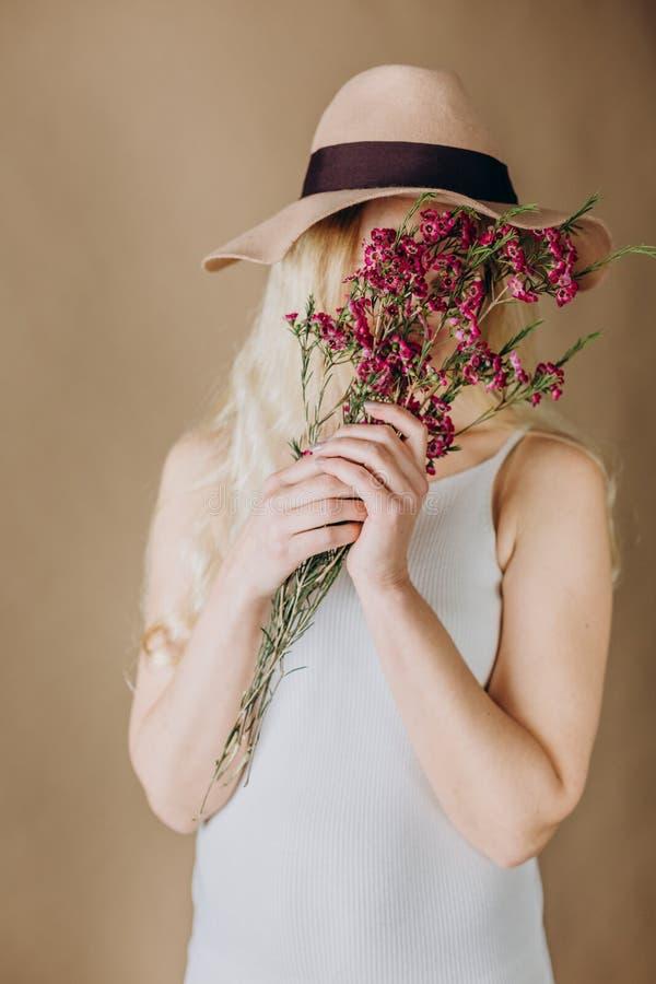 Chapéu cinzento louro das flores do vestido da mulher imagem de stock