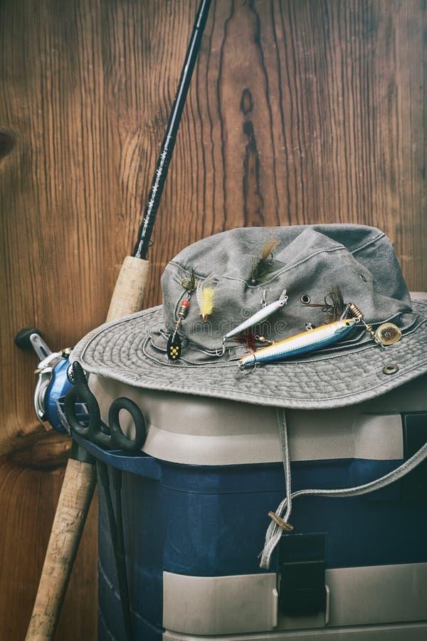 Chapéu com equipamento de pesca foto de stock