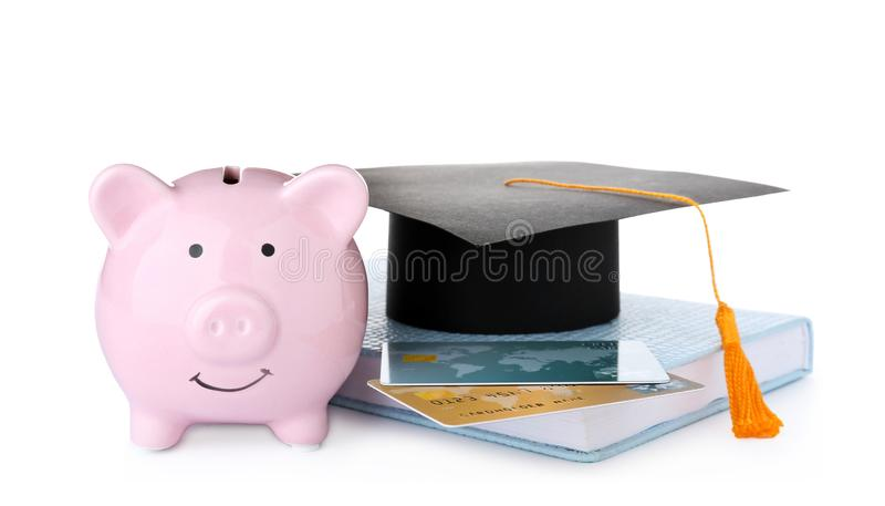 Chapéu da graduação, cartões de crédito, livro e mealheiro isolados imagens de stock royalty free