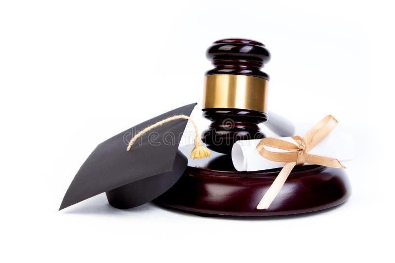 Chapéu da graduação com diploma, martelo do juiz no fundo branco foto de stock royalty free
