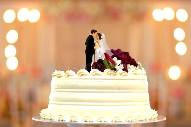 Chapéu de coco dos noivos do bolo de casamento fotos de stock royalty free