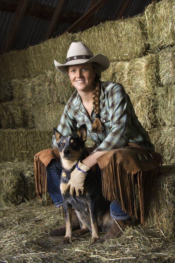 Chapéu de cowboy desgastando atrativo da mulher nova fotos de stock