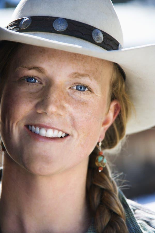Chapéu de cowboy desgastando atrativo da mulher nova fotos de stock royalty free