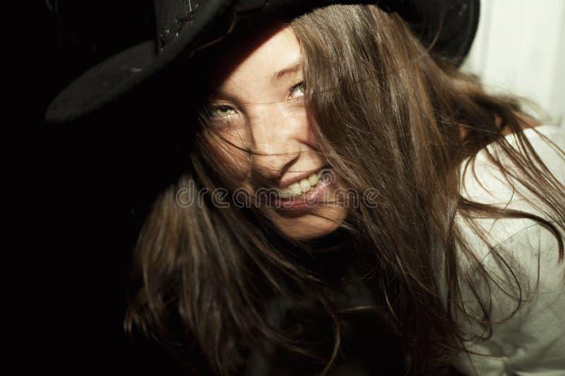 Chapéu de cowboy desgastando da mulher triguenha bonita nova fotografia de stock