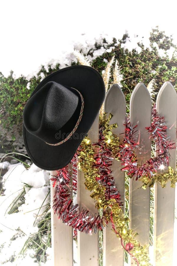 Chapéu de cowboy ocidental americano do rodeio na cerca do Natal fotografia de stock