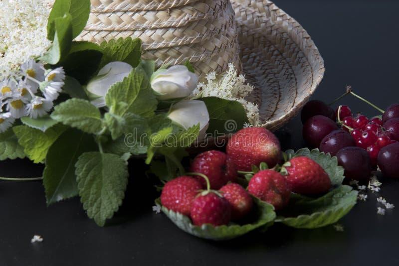 Chapéu de palha dos frutos do verão fotos de stock