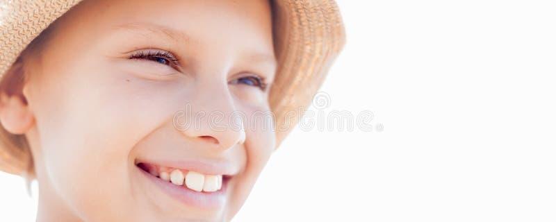 Chapéu de palha feliz do sorriso do menino da criança das férias de verão de Bunner foto de stock royalty free