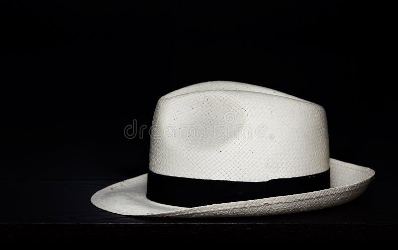 Chapéu de Panamá em um fundo preto fotos de stock