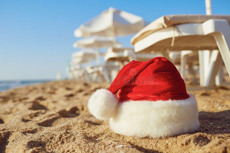 Chapéu de Santa Claus na praia no dia de Natal foto de stock
