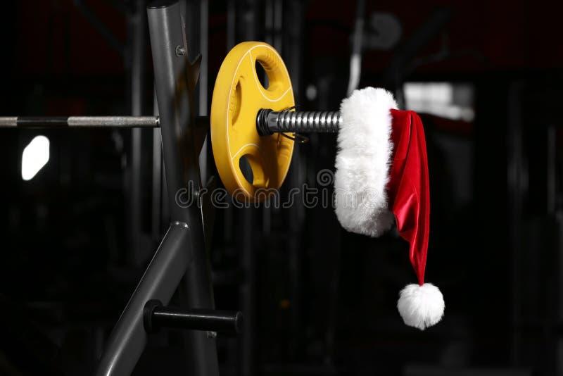 Chapéu de Santa Claus no barbell fotografia de stock