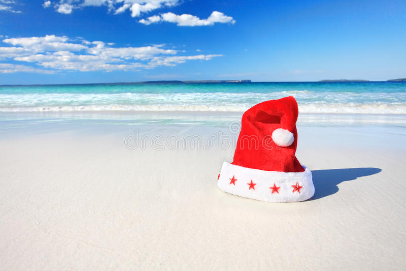 Chapéu de Santa do Natal na praia ensolarada em Austrália imagem de stock
