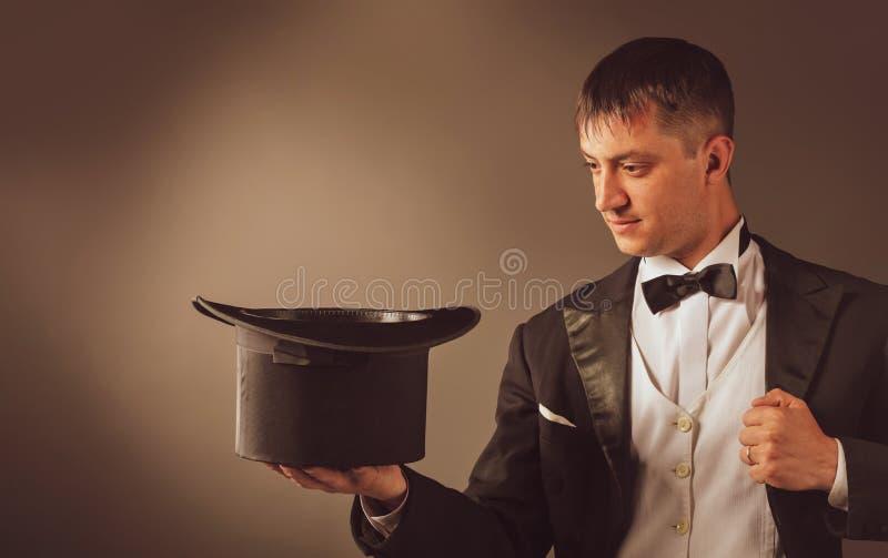 Chapéu de Showing Trick With do mágico fotografia de stock royalty free