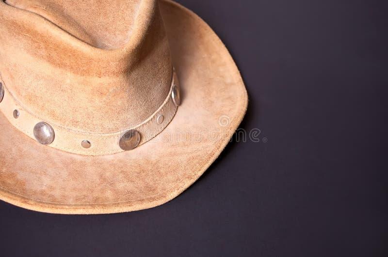 Chapéu de vaqueiro de Brown em um fundo preto fotografia de stock royalty free