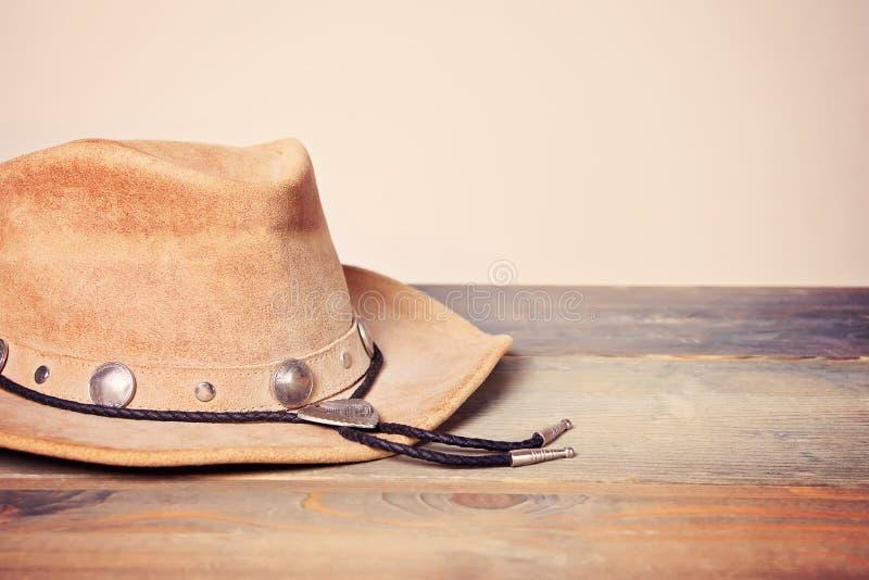 Chapéu de vaqueiro de Brown em uma tabela de madeira fotografia de stock royalty free