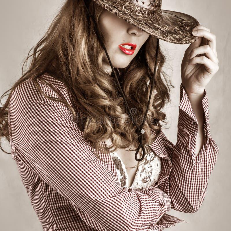 Chapéu de vaqueiro vestindo da mulher bonita do estilo da vaqueira fotografia de stock
