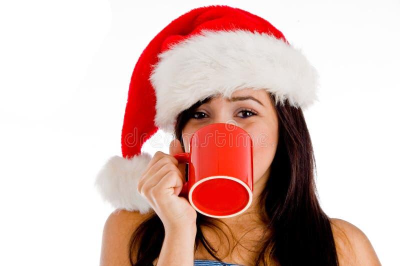 Chapéu desgastando bebendo do Natal do café da menina foto de stock royalty free