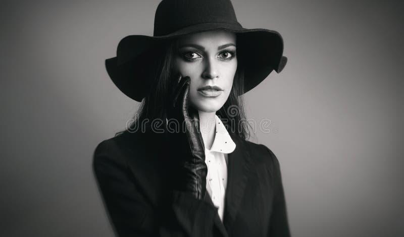 Chapéu desgastando da mulher bonita fotografia de stock royalty free