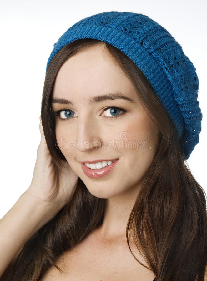 Chapéu desgastando de lãs do beanie da rapariga bonita foto de stock