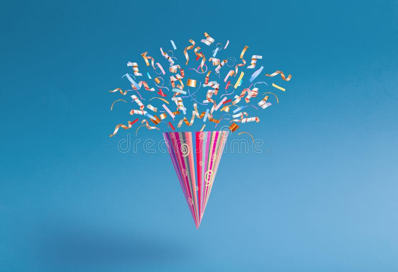 Chapéu do aniversário com confetes no fundo de papel imagem de stock royalty free