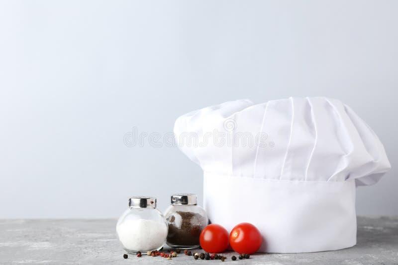 Chapéu do cozinheiro chefe com sal, pimenta fotos de stock royalty free