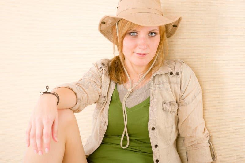 Chapéu do desgaste de mulher nova do safari fotos de stock royalty free