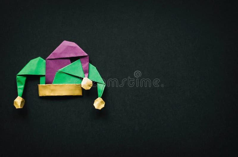 Chapéu do disfarce do bobo da corte no fundo vazio preto Mardi Gras, cartão da decoração do feriado de April Fools Day, cumprimen foto de stock royalty free