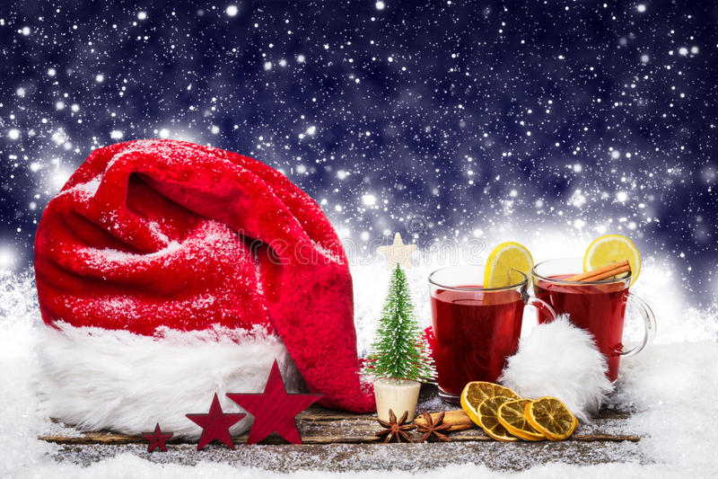 Chapéu do Natal e vinho ferventado com especiarias imagens de stock