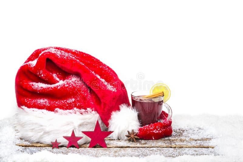 Chapéu do Natal e vinho ferventado com especiarias foto de stock royalty free