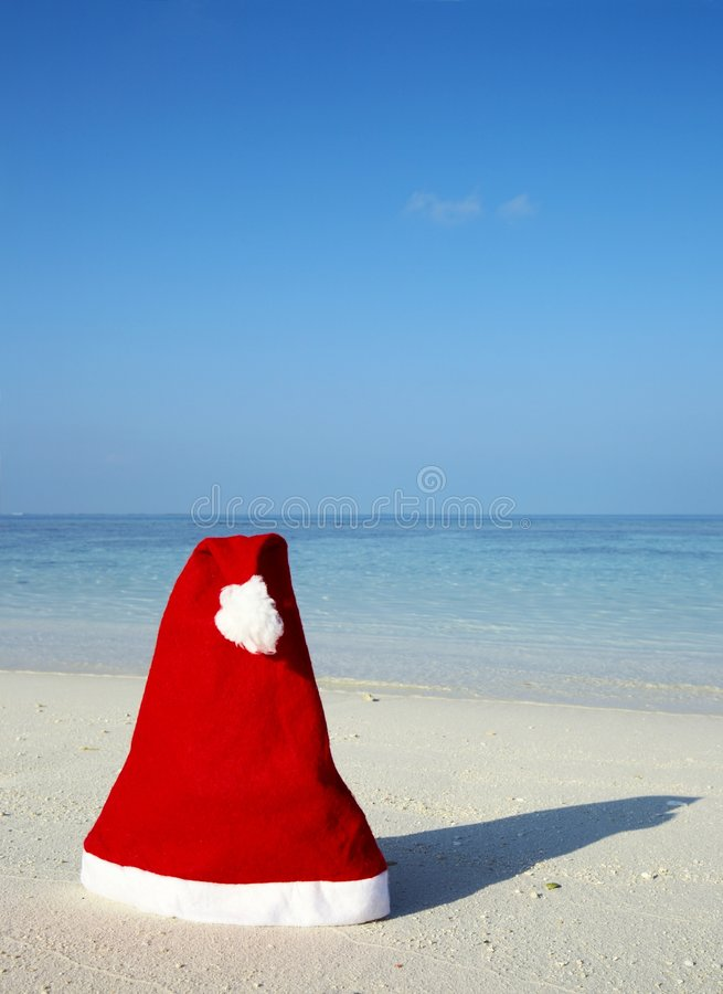 Chapéu do Natal em uma praia foto de stock