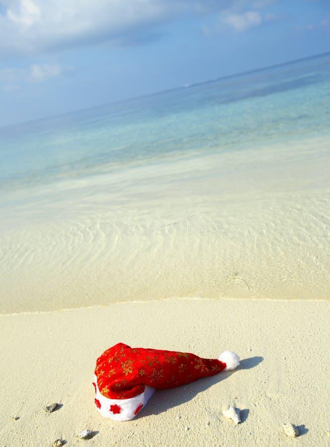 Chapéu do Natal em uma praia imagem de stock royalty free