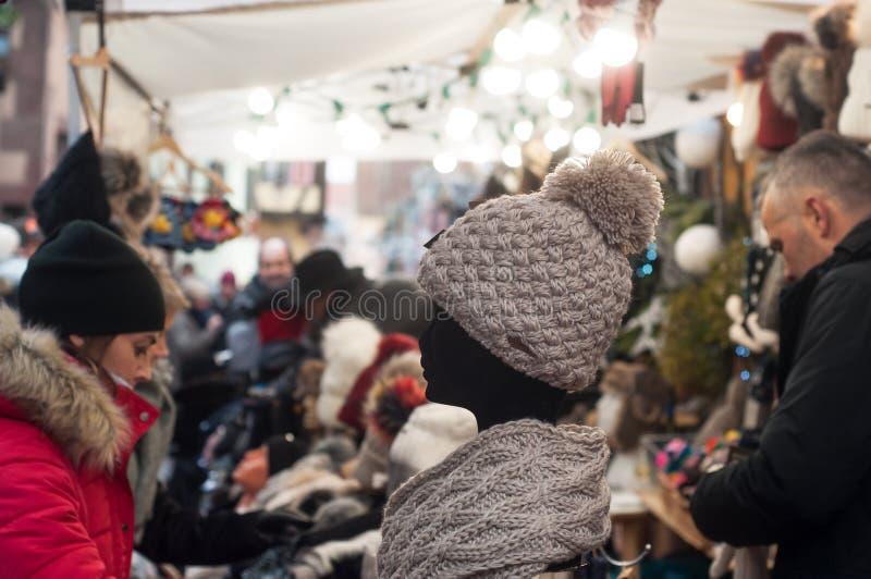 Chapéu dos povos e das lãs no mercado do Natal fotos de stock