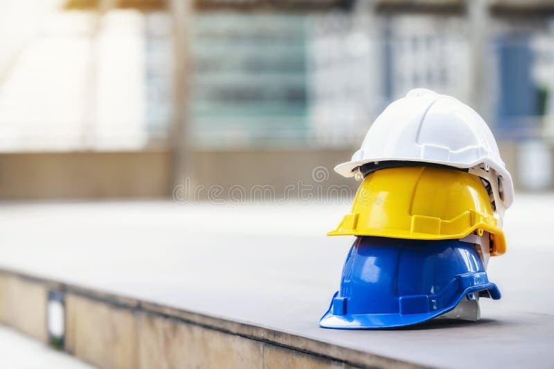 Chapéu duro do branco, o amarelo e o azul de segurança do capacete para o projeto da segurança fotos de stock