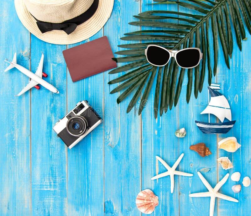 Chapéu e acessórios grandes da mulher da forma do verão na praia Mar tropical Vista superior incomum, fundo do colorfull imagem de stock