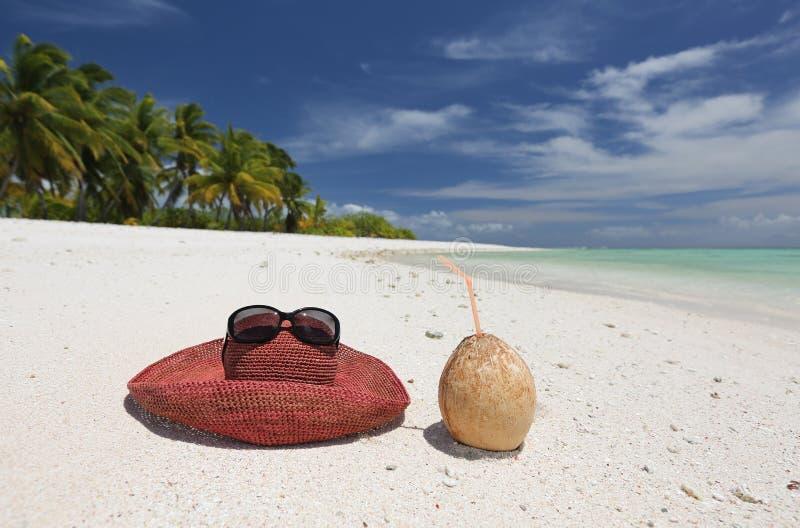 Chapéu e coco do verão no Sandy Beach tropical fotos de stock royalty free