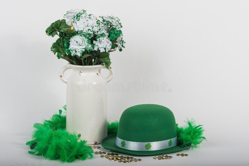Chapéu e flores do dia do ` s de St Patrick fotografia de stock