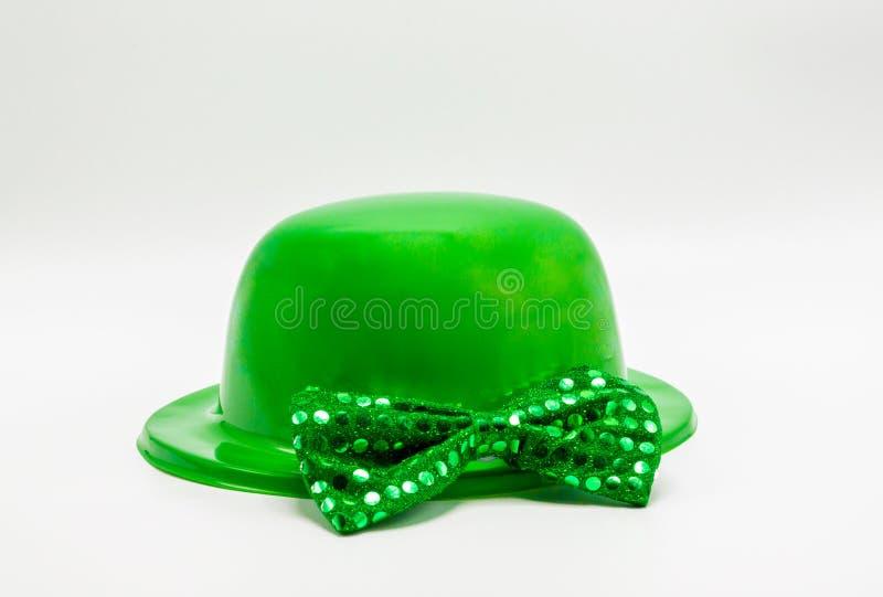 Chapéu e laço verdes do derby do dia do ` s de St Patrick com lantejoulas fotografia de stock royalty free