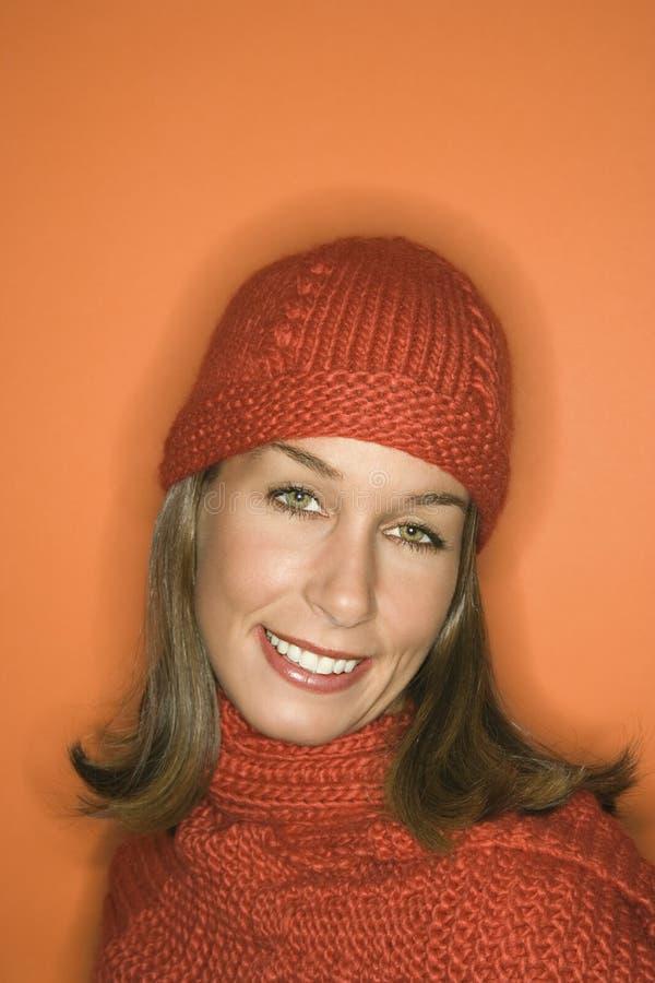 Chapéu e lenço desgastando do inverno da mulher caucasiano. imagens de stock