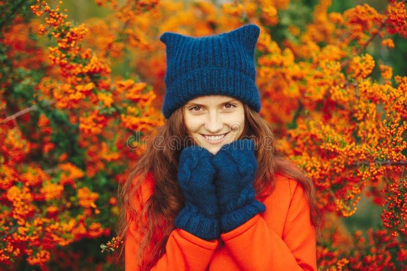 Chapéu e luvas à moda vestindo modelo do beanie do inverno fotografia de stock