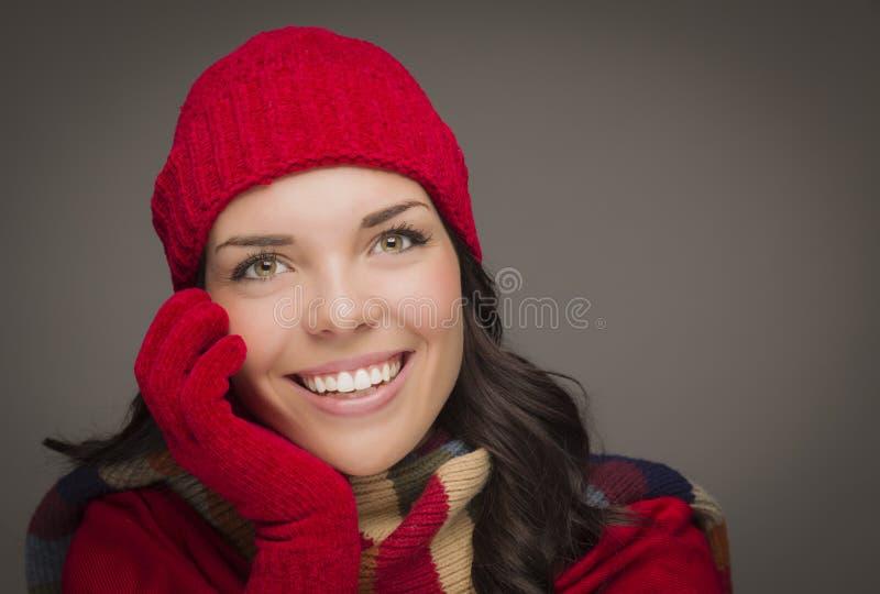 Chapéu e luvas vestindo do inverno da mulher da raça misturada de Smilng fotos de stock
