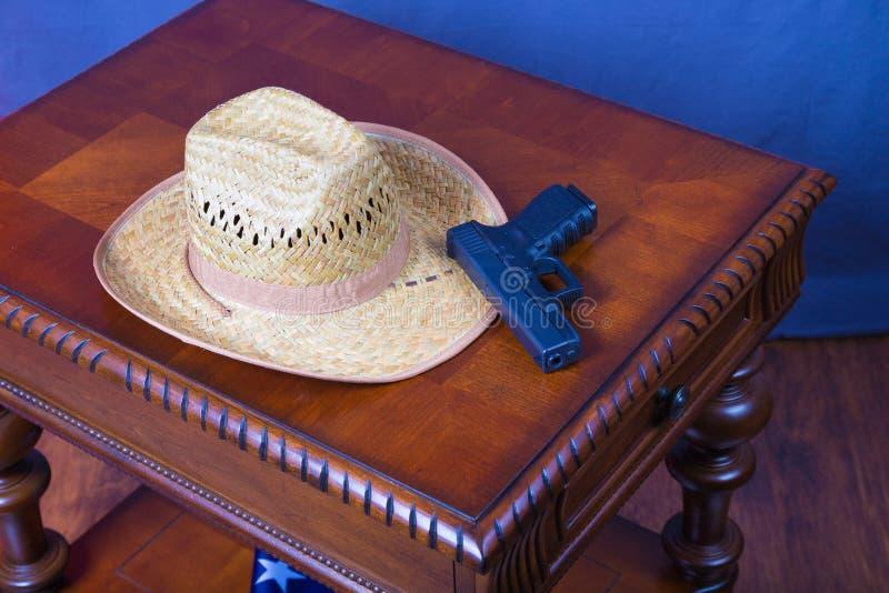 Chapéu e revólver imagens de stock